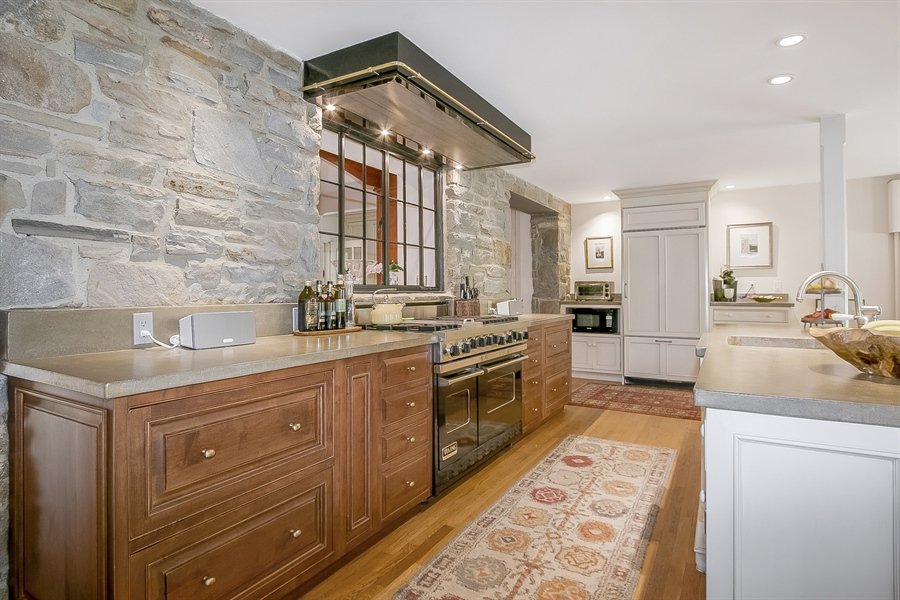 Real Estate Photography - 300 Kennett Pike, Chadds Ford, PA, 19317 - 6 Burner, Double Oven Viking Range