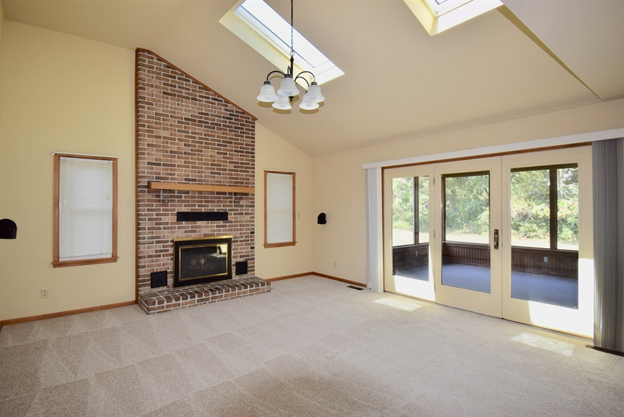 Real Estate Photography - 513 Penn Manor Dr, Newark, DE, 19711 - Family room with vaulted Ceiling and gas FP