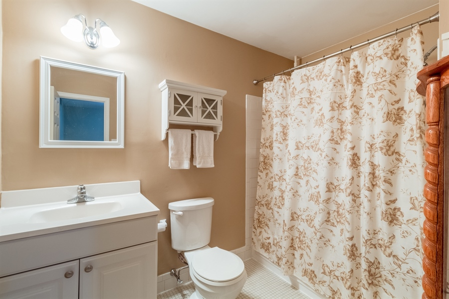 Real Estate Photography - 10 West Ct, Wilmington, DE, 19810 - Charming & updated full bath in the hallway