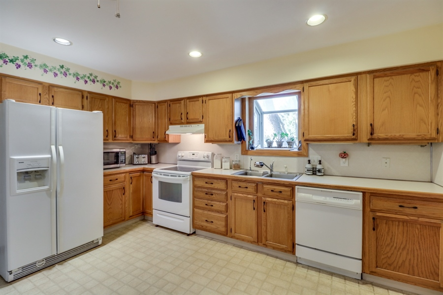 Real Estate Photography - 16 Yellow Pine Ct, Wilmington, DE, 19808 - Kitchen