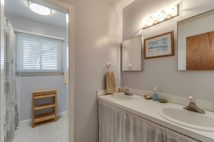 Real Estate Photography - 16 Yellow Pine Ct, Wilmington, DE, 19808 - Full Guestbath