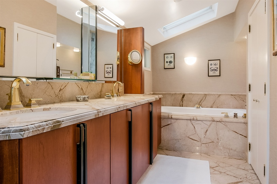 Real Estate Photography - 102 S Kildonan Gln, Wilmington, DE, 19807 - In-Suite Master Double Vanity & Jetted Tub