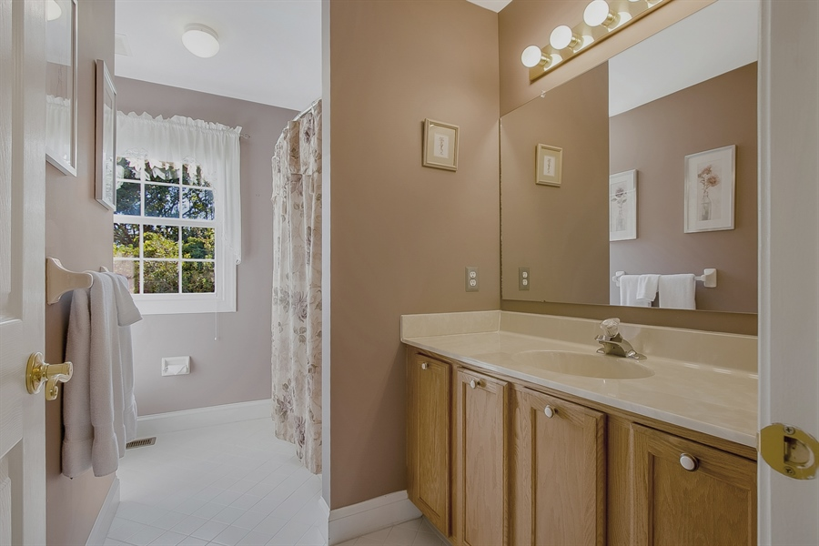 Real Estate Photography - 303 Wyndtree Ct N, Hockessin, DE, 19707 - Nicely Sized Hall Bath