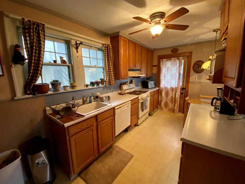 Real Estate Photography - 2327 Pennsylvania Ave, Wilmington, DE, 19806 - Eat-In Kitchen