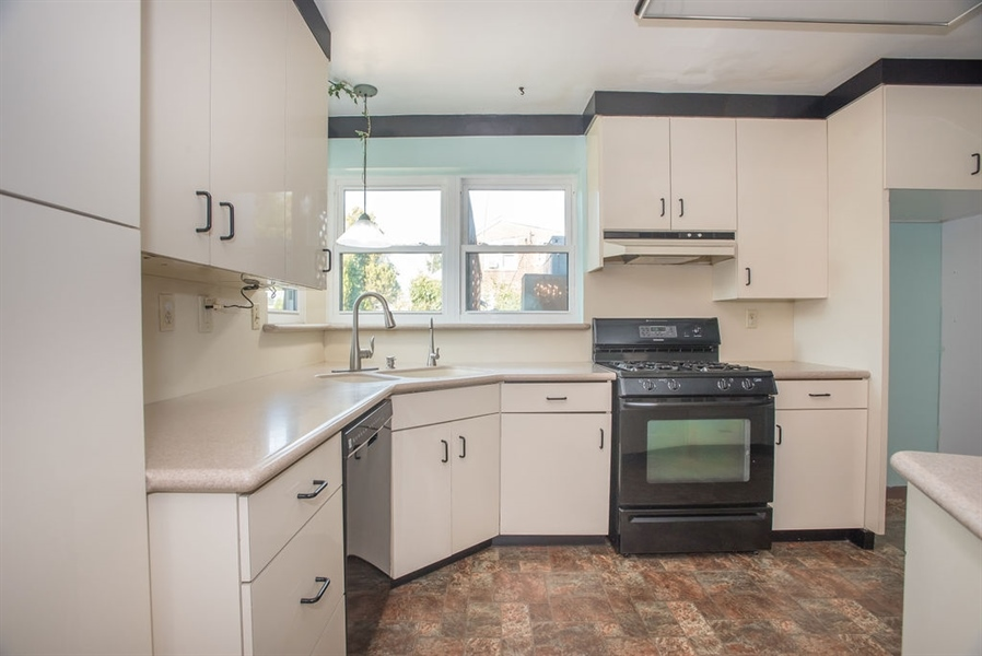 Real Estate Photography - 1817 Linden St, Wilmington, DE, 19805 - Corian Counters & Gas Cooking