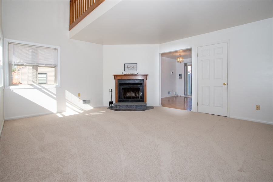 Real Estate Photography - 119 E Green Valley Cir, Newark, DE, 19711 - Big living room! Corner fireplace,vaulted ceiling!