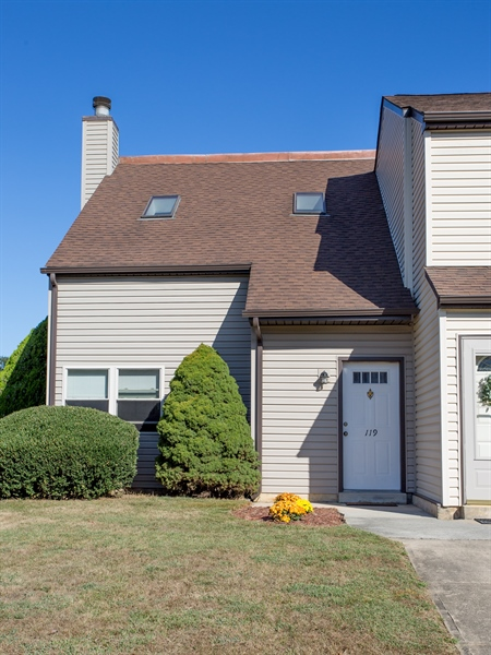 Real Estate Photography - 119 E Green Valley Cir, Newark, DE, 19711 - A wonderful place to come home to!