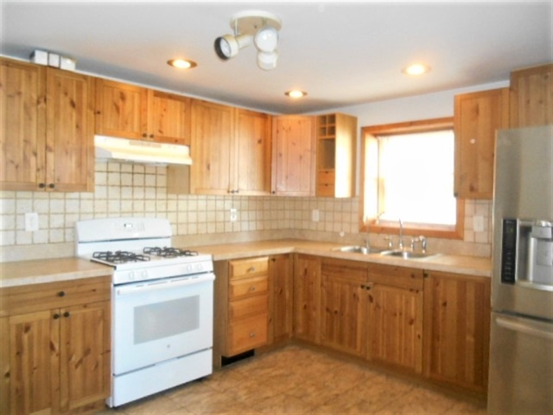 Real Estate Photography - 15 Tarra Dr, New Castle, DE, 19720 - Kitchen with Gas Cooking