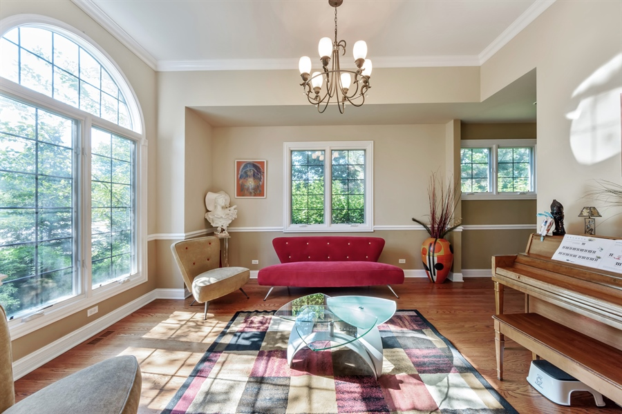 Real Estate Photography - 1100 Old Barn Rd, Buffalo Grove, IL, 60089 - Living Room
