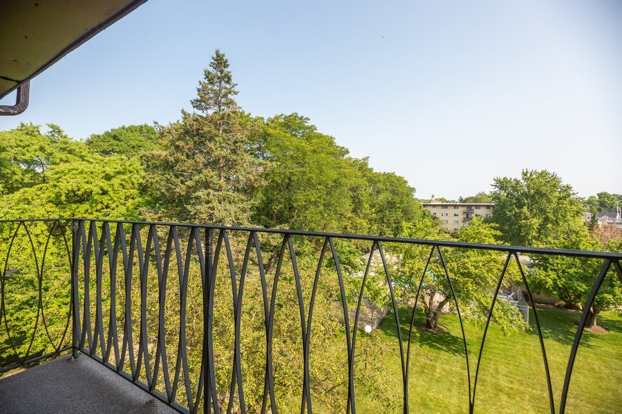 Real Estate Photography - 535 S Cleveland Ave, 406, Arlington Heights, IL, 60005 - Balcony
