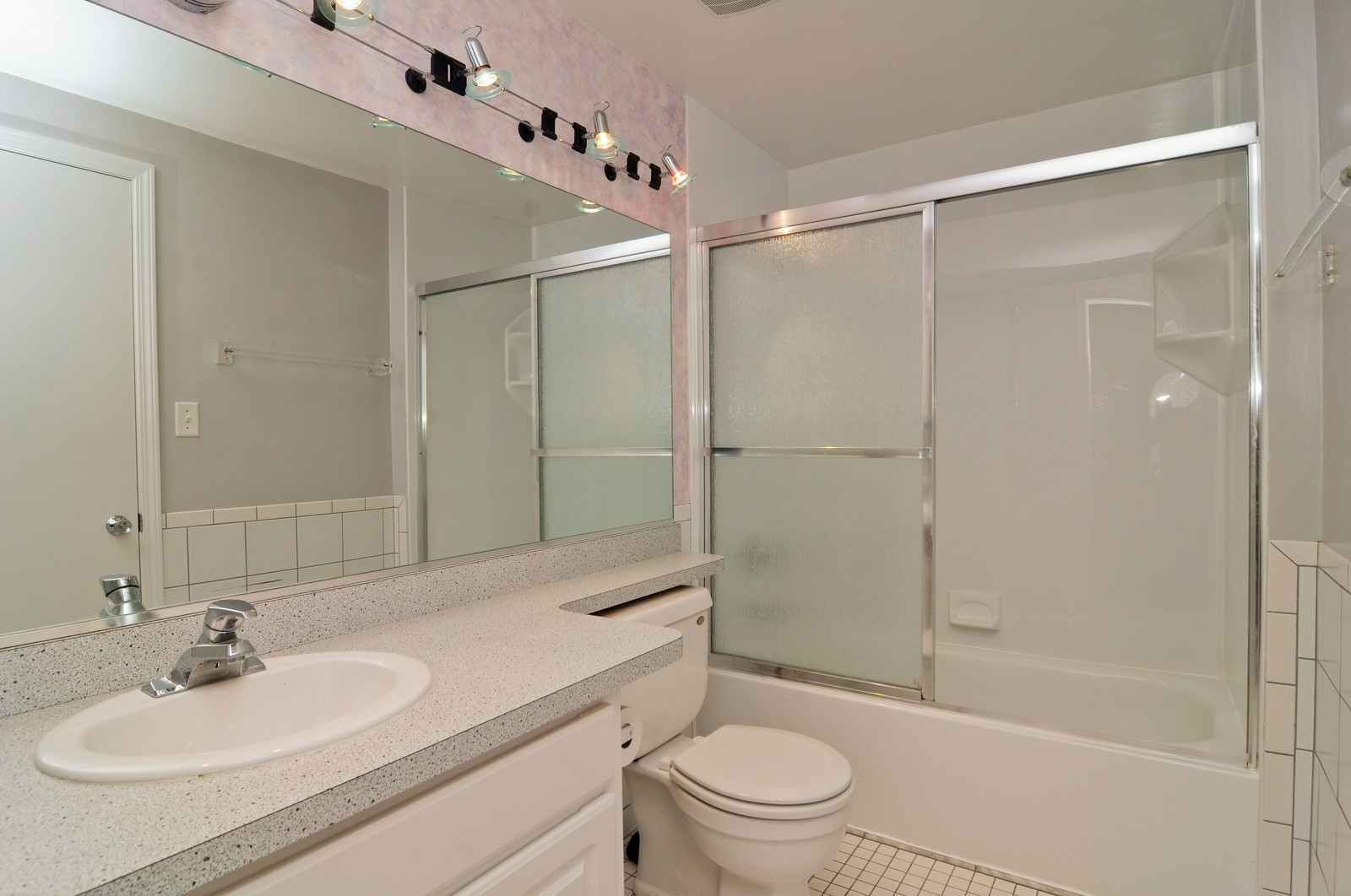 Real Estate Photography - 1962 Haddam Place, Hoffman Estates, IL, 60169 - Bathroom