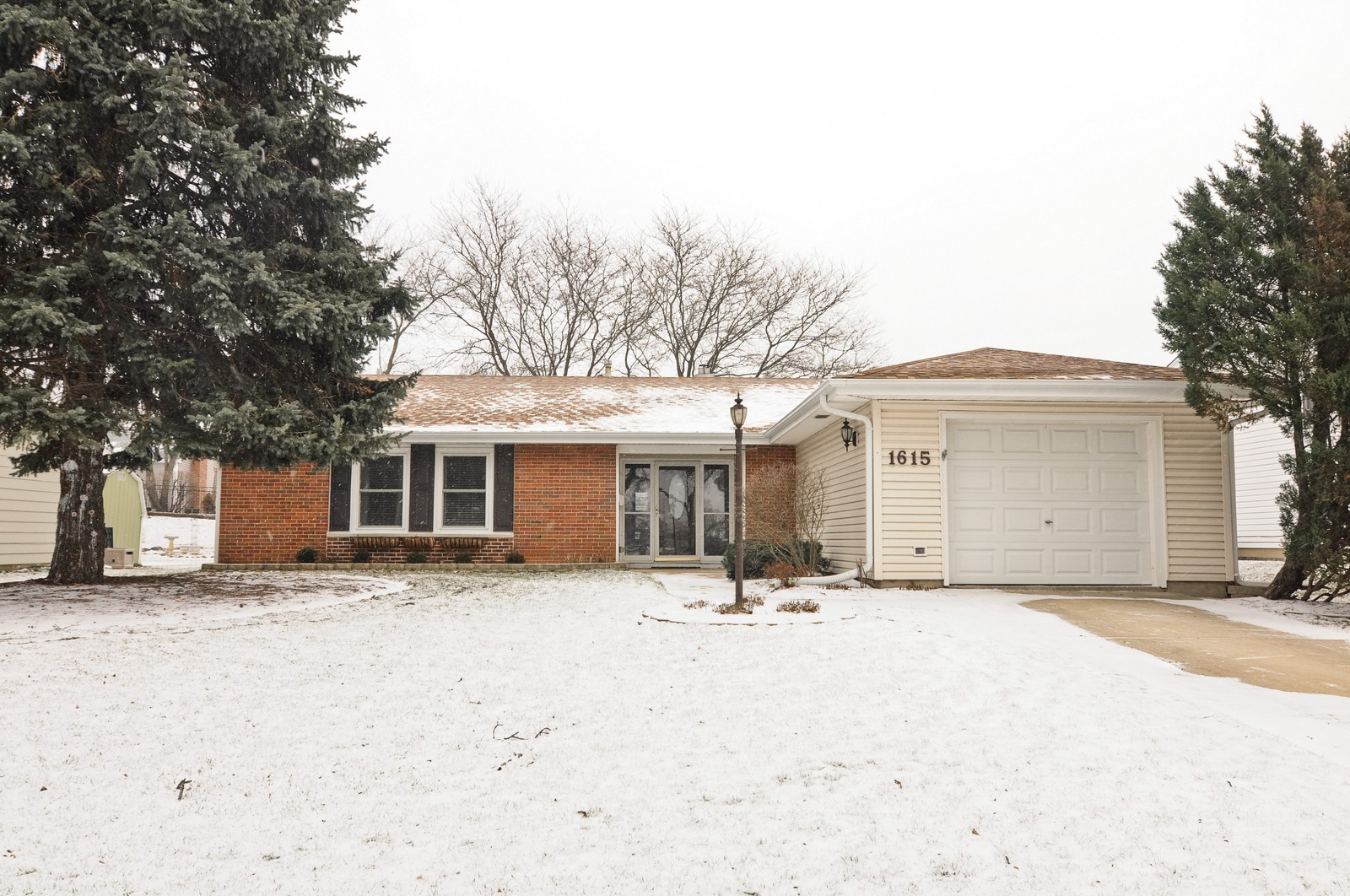 Real Estate Photography - 1615 Chippendale Rd, Hoffman Estates, IL, 60195 - Front View