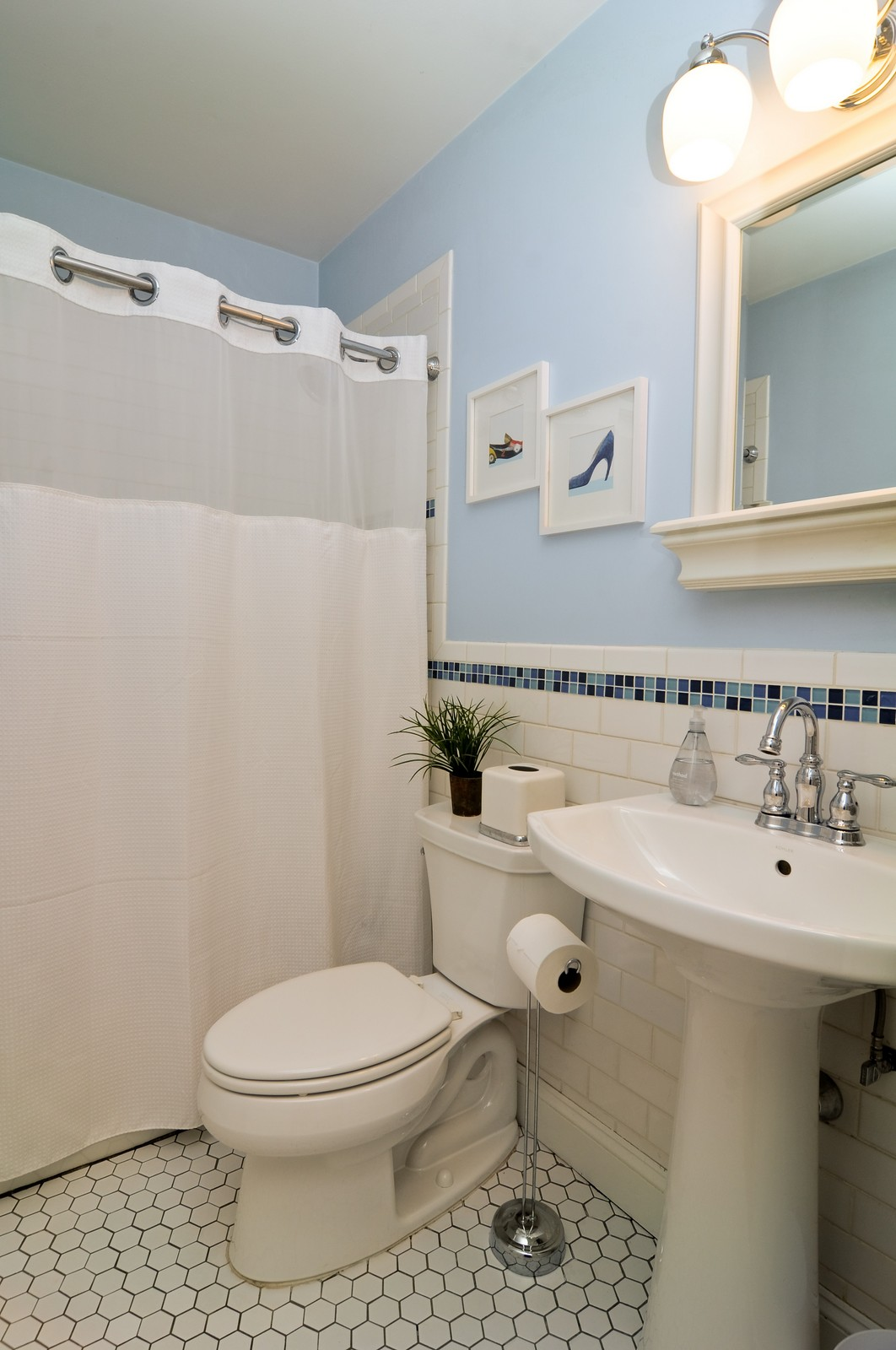 Real Estate Photography - 1615 Chippendale Rd, Hoffman Estates, IL, 60195 - Bathroom