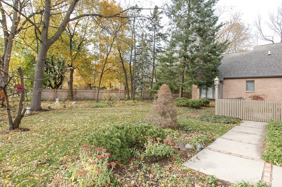 Real Estate Photography - 250 Spring Cove Rd, Elgin, IL, 60123 - Front Yard