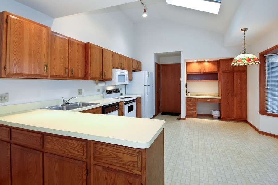 Real Estate Photography - 250 Spring Cove Rd, Elgin, IL, 60123 - Kitchen