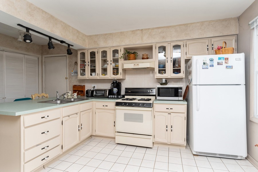 Real Estate Photography - 2365 Buttercup, Aurora, IL, 60506 - Kitchen
