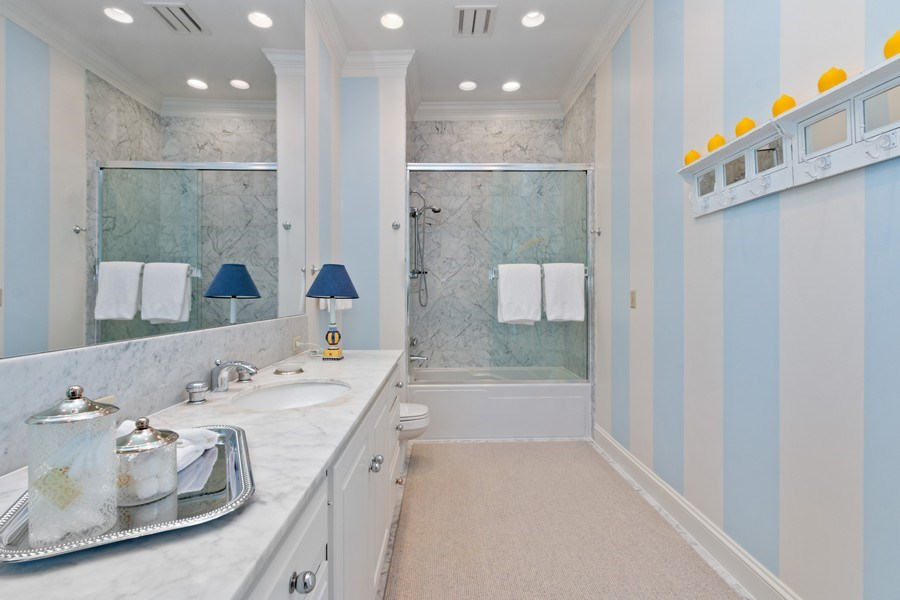 Real Estate Photography - 5300 Sunset Dr, 5, Kansas City, MO, 64112 - Bathroom