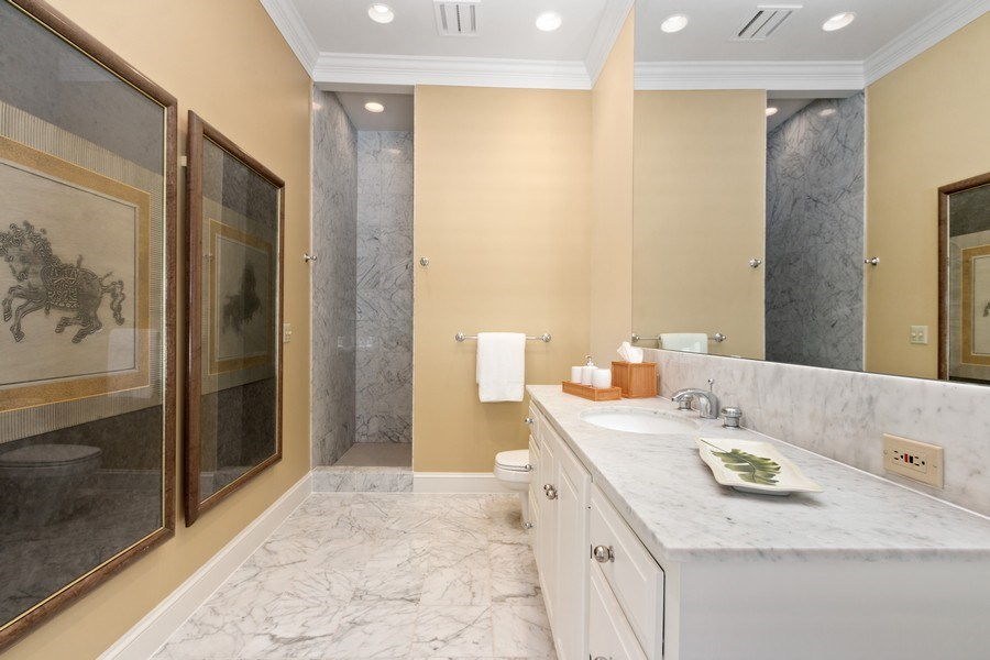 Real Estate Photography - 5300 Sunset Dr, 5, Kansas City, MO, 64112 - 2nd Bathroom