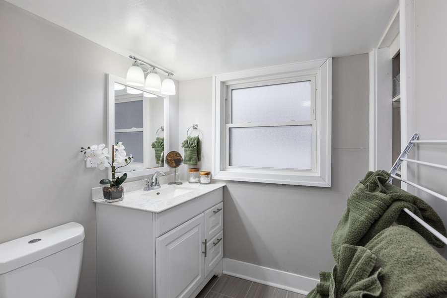 Real Estate Photography - 17114 S Maryland, south holland, IL, 60473 - Master Bathroom