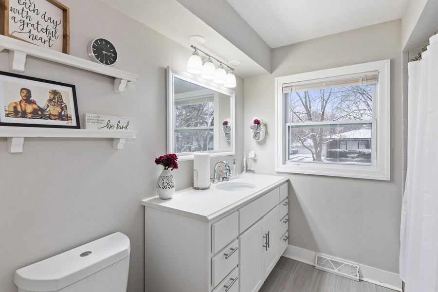 Real Estate Photography - 17114 S Maryland, south holland, IL, 60473 - 2nd Bathroom