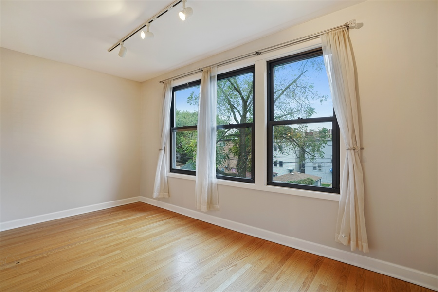 Real Estate Photography - 6828 N Lakewood Ave, Unit #2, Chicago, IL, 60626 - Family Room
