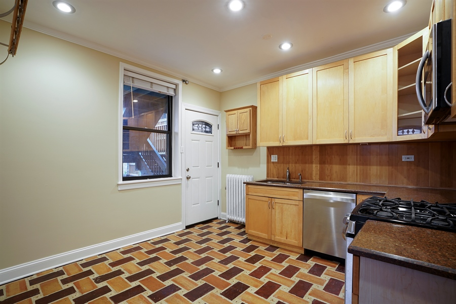 Real Estate Photography - 6828 N Lakewood Ave, Unit #2, Chicago, IL, 60626 - Kitchen