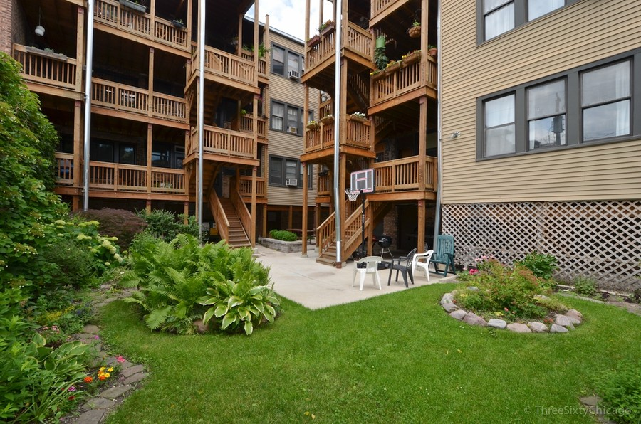 Real Estate Photography - 6828 N Lakewood Ave, Unit #2, Chicago, IL, 60626 - Common Yard