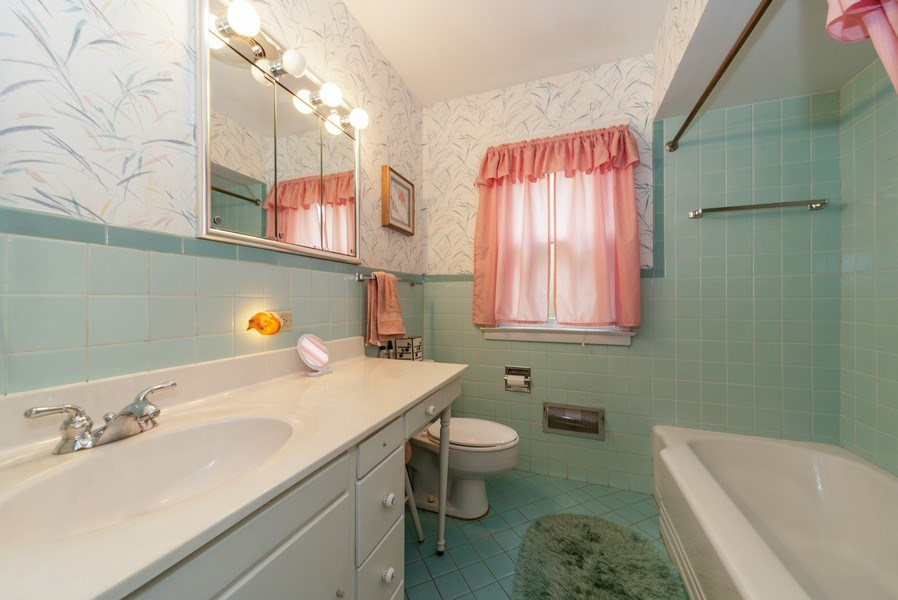 Real Estate Photography - 1887 Fenton Lane, Park Ridge, IL, 60068 - Bathroom