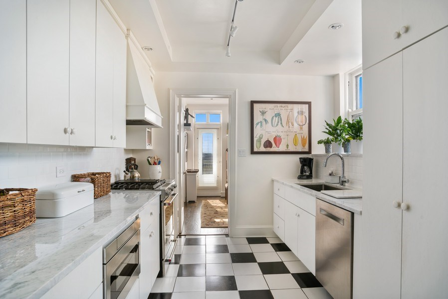 Real Estate Photography - 2440 Lakeview Ave, 12F, Chicago, IL, 60614 - Kitchen