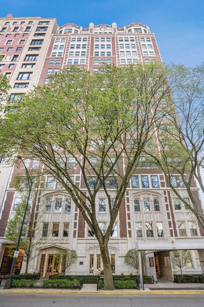 Real Estate Photography - 2440 Lakeview Ave, 12F, Chicago, IL, 60614 - Front View