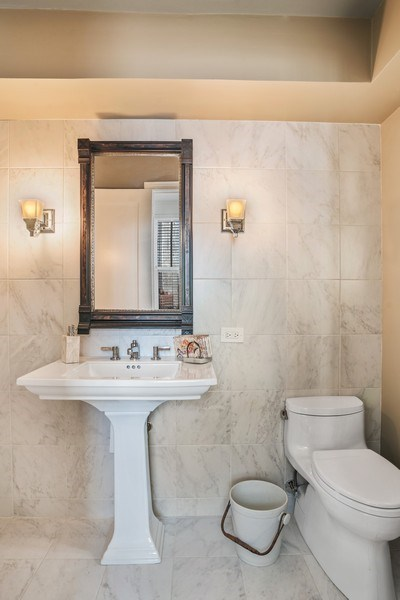 Real Estate Photography - 2440 Lakeview Ave, 12F, Chicago, IL, 60614 - Half Bath