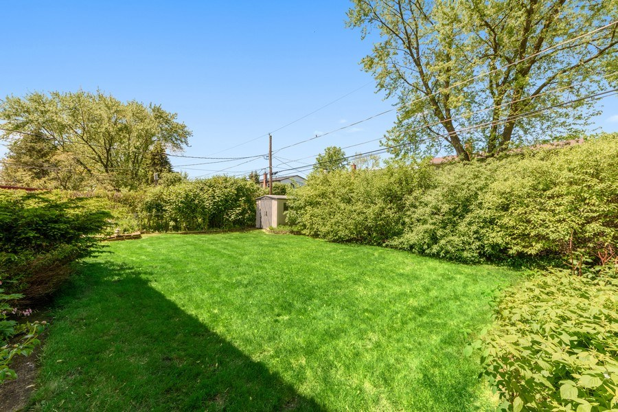 Real Estate Photography - 1800 Catalpa Ln, Mt Prospect, IL, 60056 - Side Yard