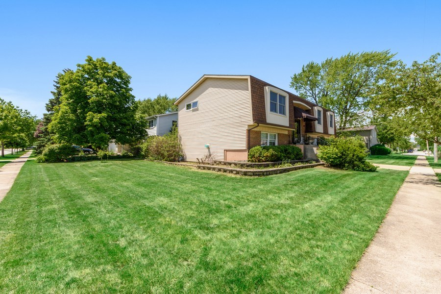 Real Estate Photography - 1800 Catalpa Ln, Mt Prospect, IL, 60056 - Front View