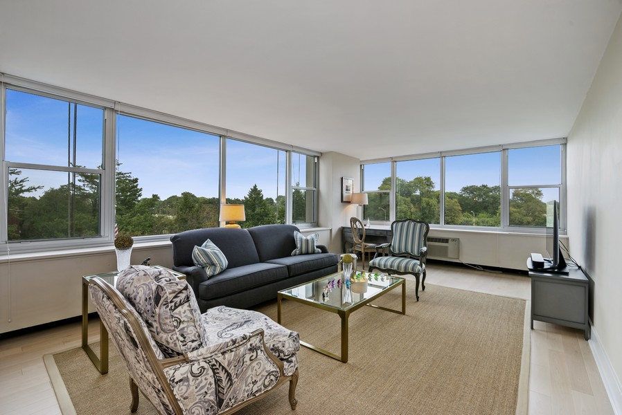 Real Estate Photography - 4250 N Marine Dr, Unit 401, Chicago, IL, 60613 - Living Room