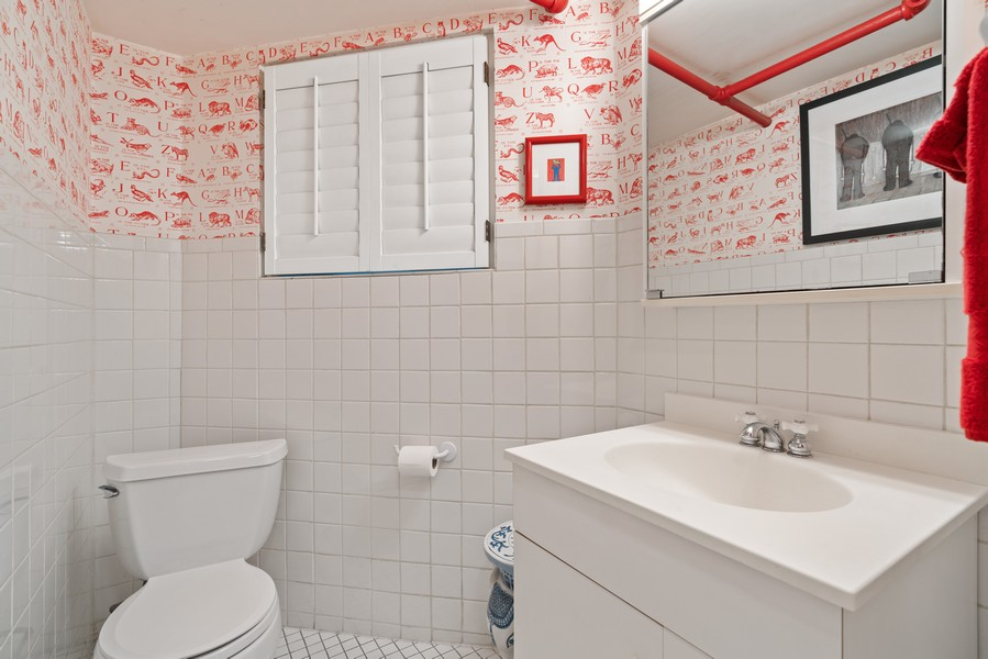 Real Estate Photography - 428 W. Roslyn Pl, Chicago, IL, 60614 - 4th Bathroom