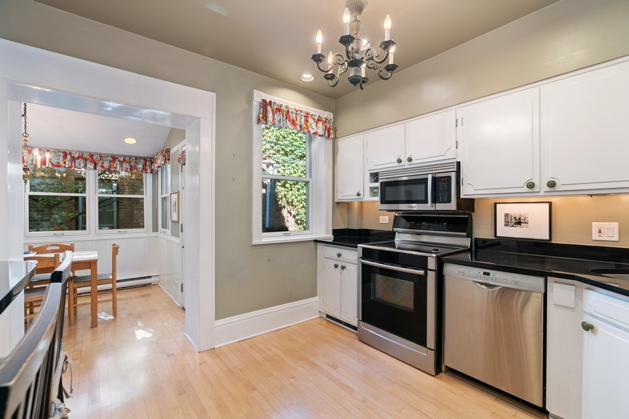 Real Estate Photography - 428 W. Roslyn Pl, Chicago, IL, 60614 - Kitchen