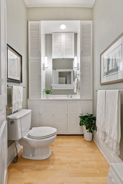 Real Estate Photography - 428 W. Roslyn Pl, Chicago, IL, 60614 - Bathroom