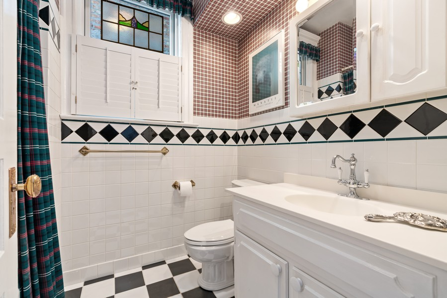 Real Estate Photography - 428 W. Roslyn Pl, Chicago, IL, 60614 - 2nd Bathroom