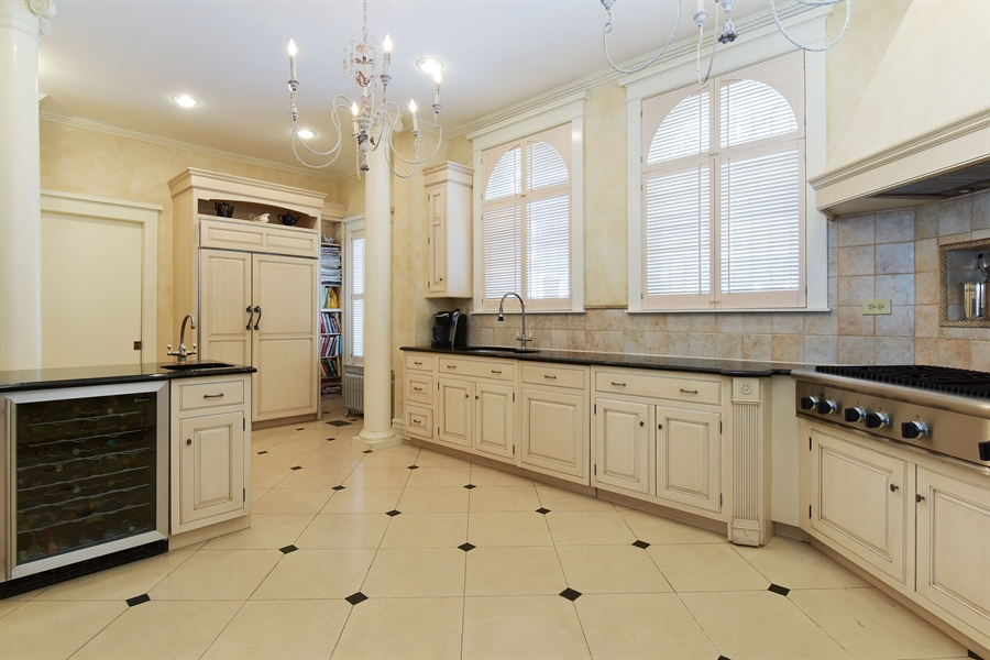 Real Estate Photography - 1000 E 48th St, Chicago, IL, 60615 - Kitchen