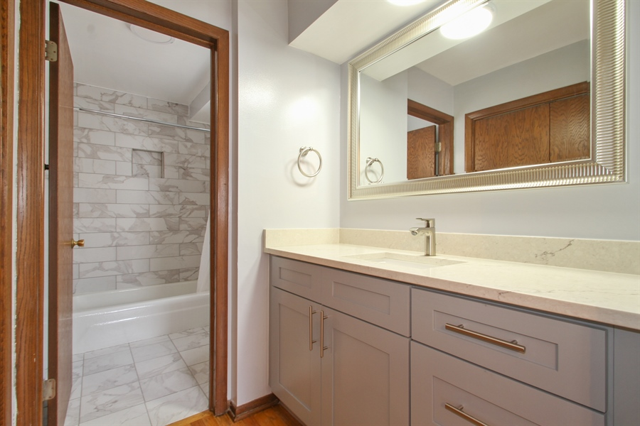 Real Estate Photography - 2001 Touhy Avenue, 1, Park Ridge, IL, 60068 - Master Bathroom