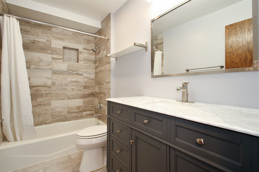 Real Estate Photography - 2001 Touhy Avenue, 1, Park Ridge, IL, 60068 - Bathroom