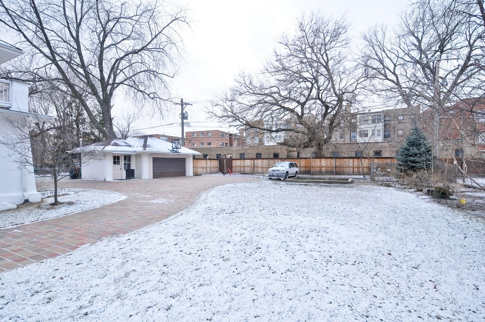 Real Estate Photography - 2226 W Pratt, Chicago, IL, 60645 - Side Yard