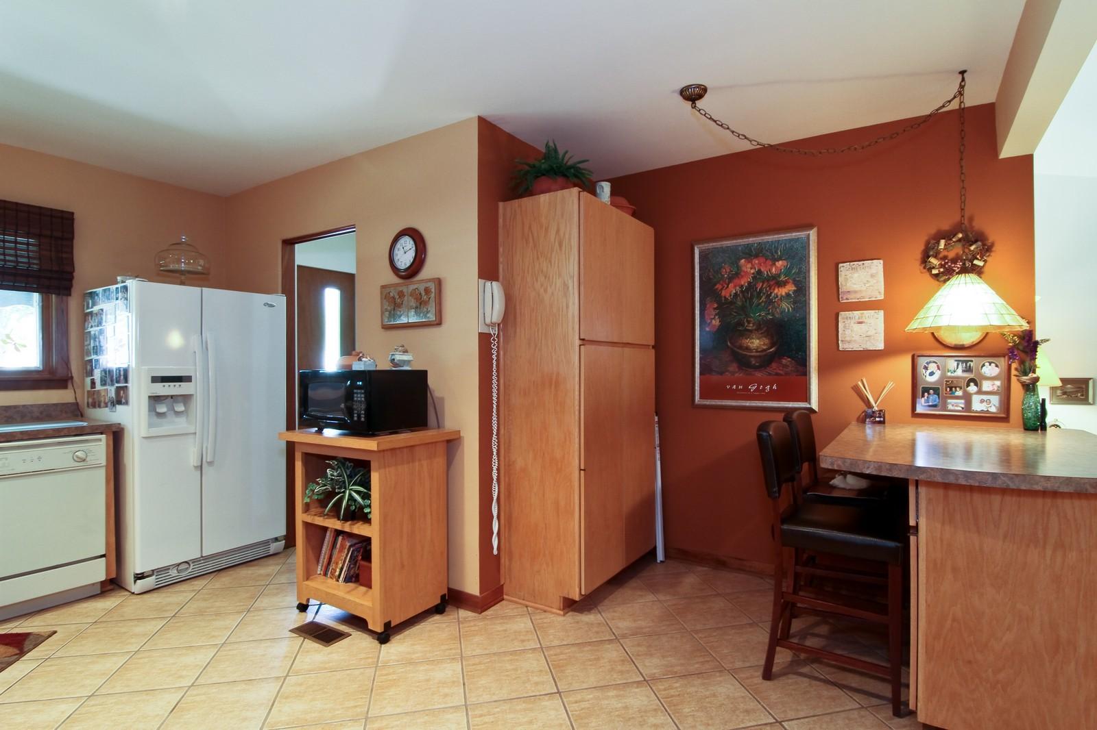 Real Estate Photography - 6801 Leonard Dr, Darien, IL, 60561 - Kitchen