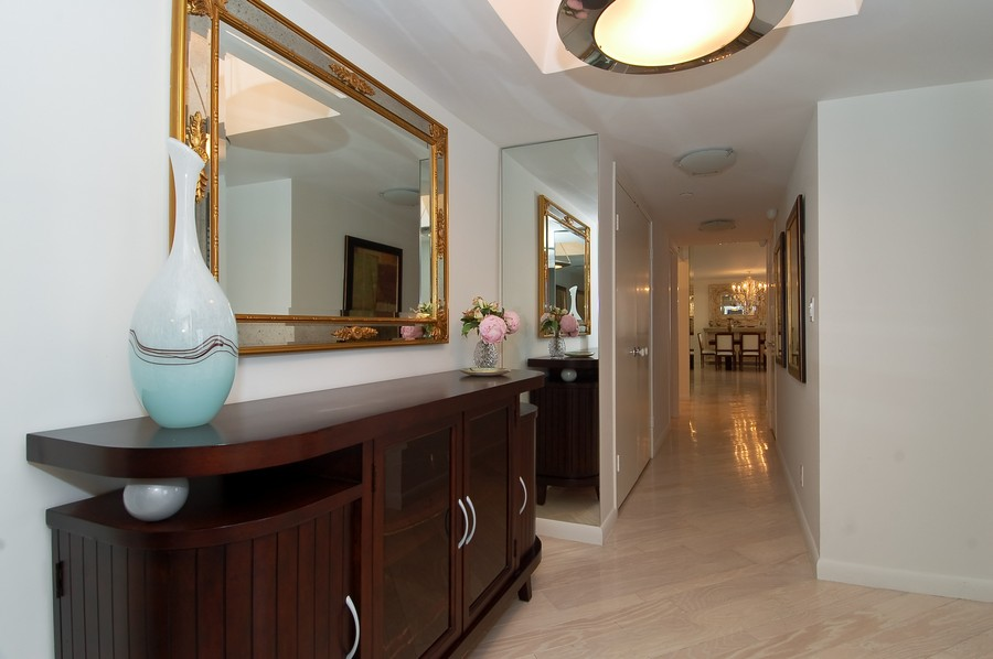 Real Estate Photography - 19707 Turnberry Way, Unit 18J, Aventura, FL, 33180 - Hallway