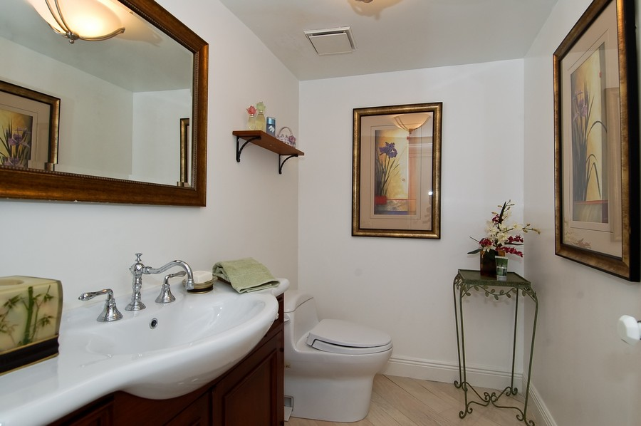 Real Estate Photography - 19707 Turnberry Way, Unit 18J, Aventura, FL, 33180 - Half Bath
