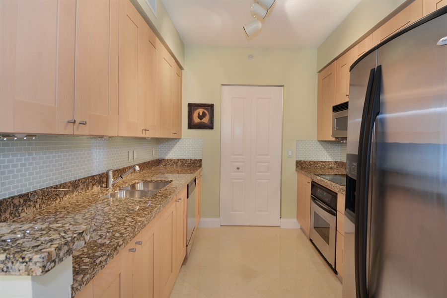 Real Estate Photography - 350 SE 2nd St, 2820, Fort Lauderdale, FL, 33301 - Kitchen