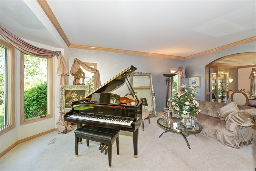 Real Estate Photography - 6812 Fieldstone Dr, Burr Ridge, IL, 60527 - Living Room