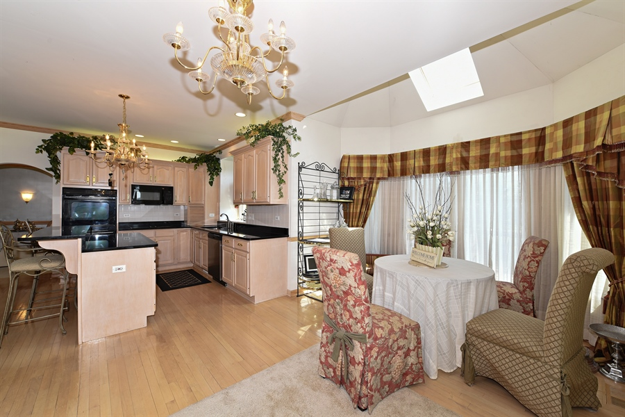 Real Estate Photography - 6812 Fieldstone Dr, Burr Ridge, IL, 60527 - Kitchen / Breakfast Room