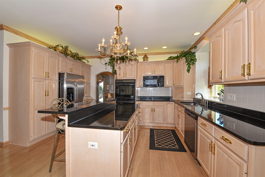 Real Estate Photography - 6812 Fieldstone Dr, Burr Ridge, IL, 60527 - Kitchen