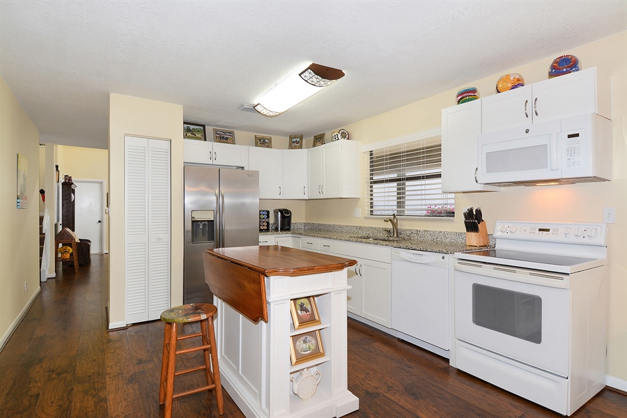 Real Estate Photography - 2462 Bedford Mews Dr, Wellington, FL, 33414 - Kitchen